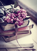 Dry roses and books — 图库照片