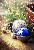 рождественские шары в старый горшок — Стоковое фото