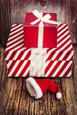 红色礼品盒和圣诞老人的帽子 — 图库照片