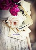 Rosas con viejas cartas y postales — Foto de Stock