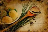 Pommes de terre rôties avec les oignons verts et feuille de laurier — Photo