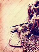 Knitting needles and yarn — Stock Photo