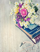 Books, flowers and key — Stock Photo