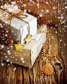 Geschenke-boxen und weihnachtsschmuck — Stockfoto