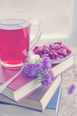 Raspberry hot drink , flowers and books — Foto Stock