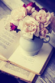 Roses on old books — Stockfoto