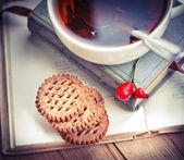 Ciasteczka, książki i herbata — Zdjęcie stockowe