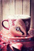 Cup of coffee, key and heart — Stockfoto