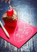Valentine's cupcake and note — Stock Photo