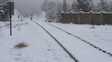 Přešla železniční při sněžení — Stock video