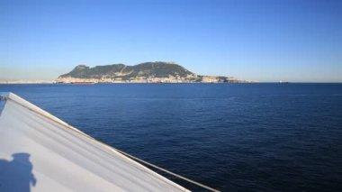 Zijaanzicht van gibraltar rock uit boot — Stockvideo