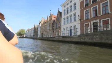 A vela sul canale con case d'epoca e ponte a bruges, belgio — Video Stock