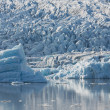 Blue icebergs and lagoon — Stockfoto