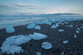Blue icebergs on the beach — Stock fotografie