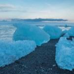 Blue icebergs on the beach — Stock Photo
