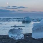 Blue icebergs in the beach — Stock Photo