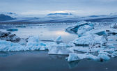 синий плавающие айсберги — Стоковое фото