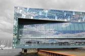 レイキャビク, アイスランド - 2013 年 6 月 19 日: レイキャビクの港、日中にアイスランド、レイキャビクで最初の専用コンサート ホール ハルパ コンサート ホール。2013 年 6 月 19 日にオープンしました。 — ストック写真