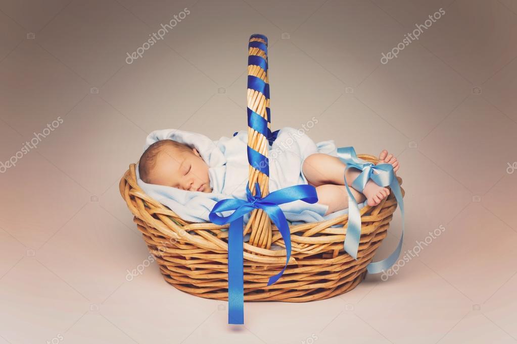 Recién nacido durmiendo en la cesta — Foto de stock © Svetography ...
