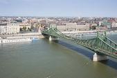 Река Дунай с моста свободы и лодки — Стоковое фото