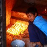 niño encender las velas — Foto de Stock