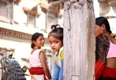 Menina a brincar numa praça — Fotografia Stock