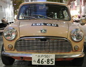 Vintage car stationed in Tokyo street — Stock Photo