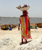 Woman working in Pink lake-Dakar — Stock fotografie
