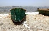 Green canoe-Pink lake-Senegal — Stock Photo