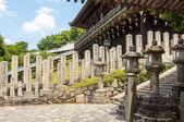Steinlaternen in einem japanischen tempel — Stockfoto