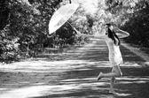 красивая девушка с белый зонтик — Стоковое фото