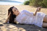 Młode piękne dziewczyny na piasku — Zdjęcie stockowe