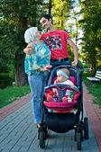 Een jong gezin in het park — Stockfoto