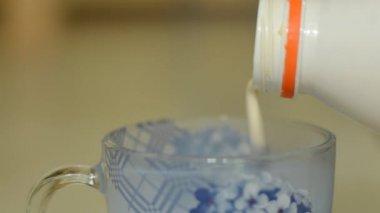 Saure milch in eine tasse gießen — Stockvideo