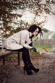 Junge frau portrait im herbst park — Stockfoto