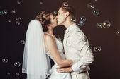Appena merried coppia baci — Foto Stock