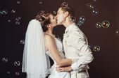 Newly merried couple kissing — Stock Photo