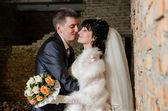 Joven pareja besándose en boda — Foto de Stock