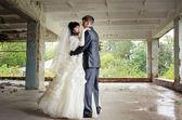 Mladý pár v jejich svatební den v opuštěné průmyslové budovy — Stock fotografie