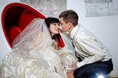 年轻的夫妇在婚礼上接吻 — 图库照片