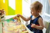 小さな女の子は本を読んで — ストック写真