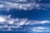 Blå himmel med moln — Stockfoto