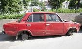 красный автомобиль с колесами, не — Стоковое фото