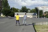 Jungen und mädchen fahren auf inline-skates — Stockfoto