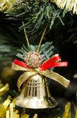 ベルとクリスマス ツリーに他のおもちゃ — ストック写真