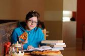 Krásná studentka v pizzerii — Stock fotografie