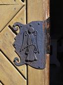 Een oude, verweerde deur — Stockfoto