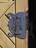 En gammal väderbiten dörr — Stockfoto