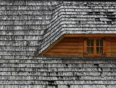 старая крыша на деревянный коттедж — Стоковое фото