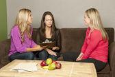 营养学家的妇女咨询怀孕的女性 — 图库照片